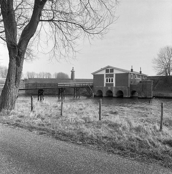 File:Gemaal De Watergeus bij bastion IX; erachter de stenen beer - Brielle - 20042459 - RCE.jpg