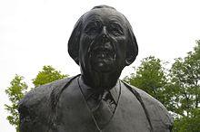 Photo en couleur d'une sculpture de couleur noire de buste d'un homme