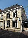 foto van Poort van Cleve : huis met gepleisterde lijstgevels, vensters met afgeronde bovenhoeken en stuckuiven