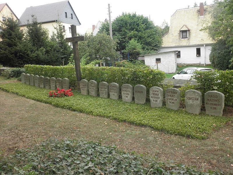 File:Großröda Soldatengräber.JPG