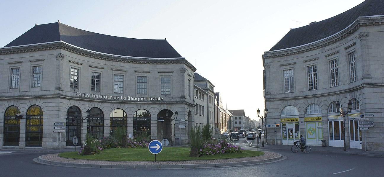 Vue de l'ancien mur d'octroi formant la porte d'entrée de Châlons sur Marne. Deux bâtiments et la grille furent supprimés.