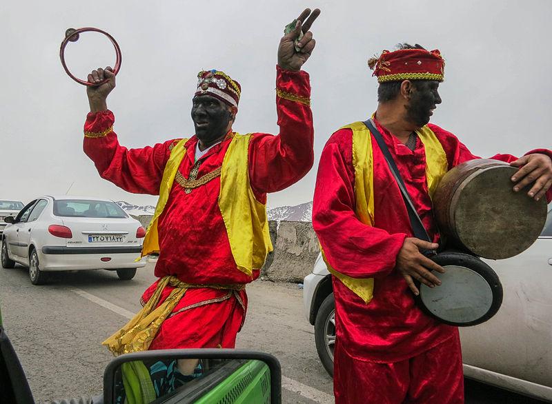 Blanke vrijwilligers schminken zich zwart en roepen oeleboele. - Pagina 3 800px-Haji_Firuz_on_the_road