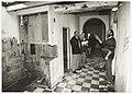 Hans Bosshardt (rechts) geeft een rondleiding door zijn afbraakwoning., NL-HlmNHA 54035287.JPG