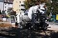 Heckenstallerstrasse Betonmischer faehrt in die Baustelle ein.jpg