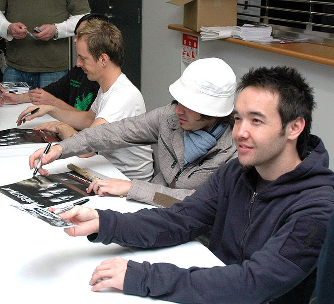 http://upload.wikimedia.org/wikipedia/commons/thumb/4/40/Hoobastank.jpg/659px-Hoobastank.jpg