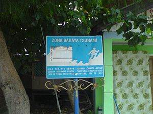 Tsunami - Tsunami warning bilingual sign in Ulee Lheue, Banda Aceh in Acehnese and Indonesian