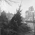 In Amsterdam de eerste kerstbomen aangevoerd De bloemenmarkt aan de Singel, Bestanddeelnr 915-8143.jpg