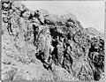 Ingang van de grot bij Qumran waarin de Dode Zeerollen werden ontdekt, Bestanddeelnr 255-4939.jpg