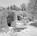 Ingangen naar ondergrondse kamers in een opgraving van het Sanhedrin (Joodse ger, Bestanddeelnr 255-2408.jpg