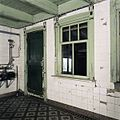 Interieur, deur en raamomlijsting in de melkkamer met terrazzo tegelvloer, de ruimte tussen het voorhuis en de schuur - Westerlee - 20399078 - RCE.jpg