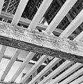 Interieur- een van de beschilderde moerbalken onder het vroeg-17de-eeuwse stucplafond op de verdieping - Brielle - 20042531 - RCE.jpg