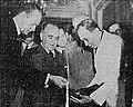 Jefferson Caffery e Getúlio Vargas analisando a qualidade das quatrocentas mil sacas de café oferecidas do Brasil as forças armadas americanas, 20 de Outubro de 1943.jpg