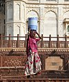 Jodhpur-Jaswant Thada-22-Frau mit Fass-2018-gje.jpg