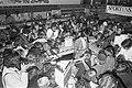 Johan Cruyff en fans, Bestanddeelnr 925-5606.jpg