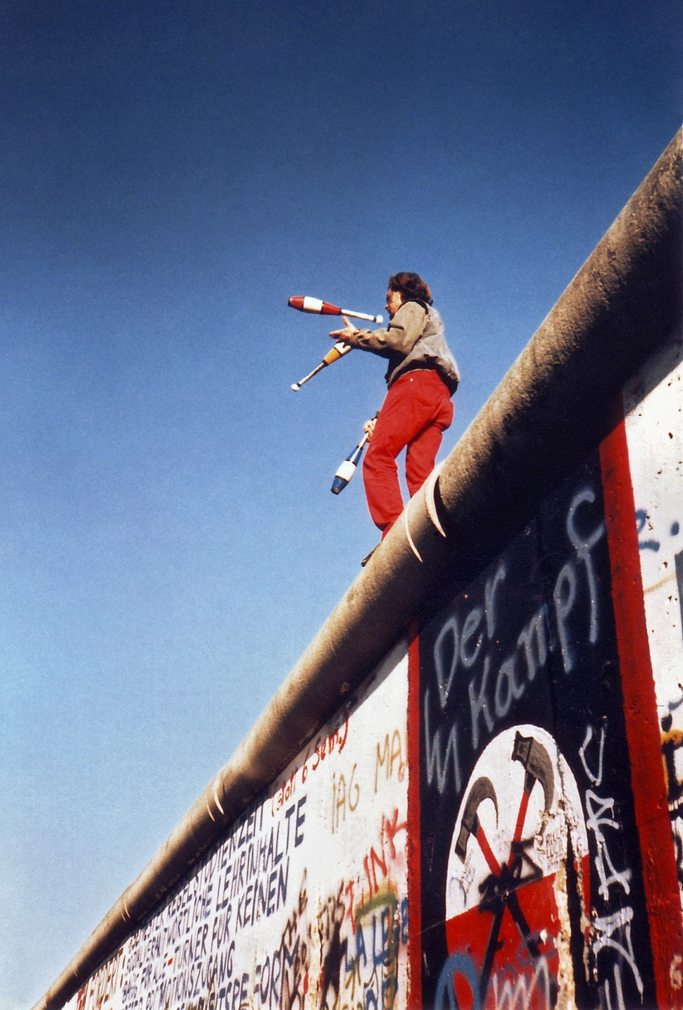 Juggling on the Berlin Wall 1a
