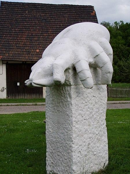 File:Käsemilben-Denkmal.jpg