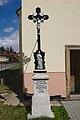 Kříž před kostelem, Rašov, okres Brno-venkov.jpg