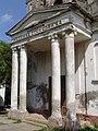 Kapela na pravoslavnom groblju - zadužbina Milanka Stankovića u Novom Bečeju - zapadna fasada - portik.jpg