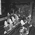 Kerstmis in Volendam, kinderen in de Vincentiuskerk kijken naar kerstkribbe, Bestanddeelnr 917-2637.jpg