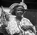 Kotomisi Pauline gekleed in feestkleding in rood, wit, blauw en met portretten v, Bestanddeelnr 252-5460.jpg