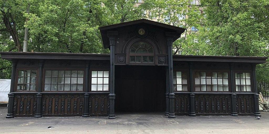 """2. А так остановка стала выглядеть сразу после реставрации """"с сохранением исторического облика""""."""