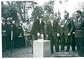 La première pierre posée par James M.Gavin le 6 juin 1963 avec le maire de Sainte-Mère-Eglise, le Dr Masselin situé à l'extrême droite de la photo.jpg