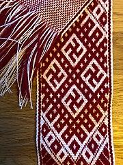 ラトビアの民族衣装のベルトに描かれた鍵十字
