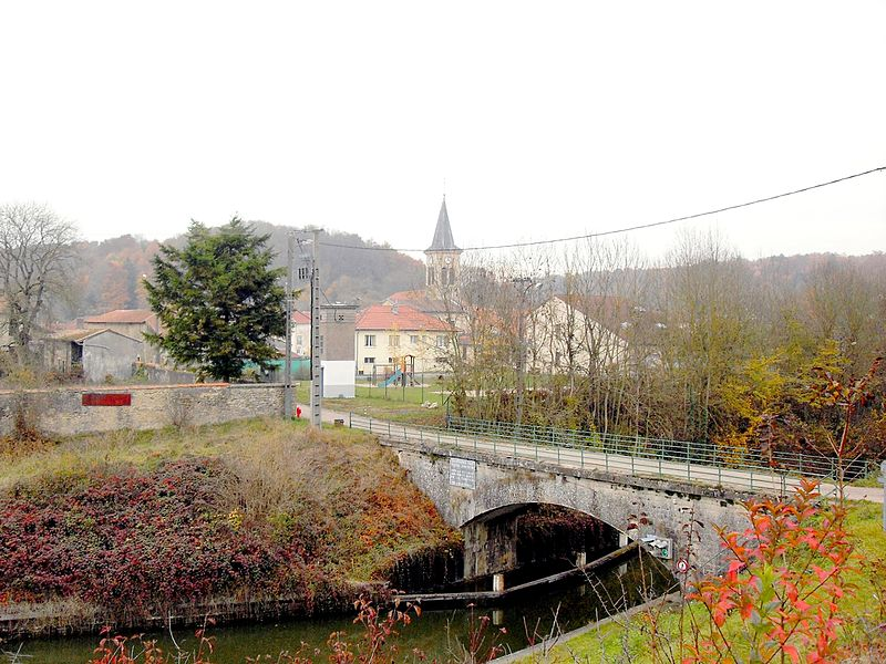 Lay-Saint-Remy Meurthe et Moselle (54) - l'église vue depuis le talus du canal de la Marne eu Rhin