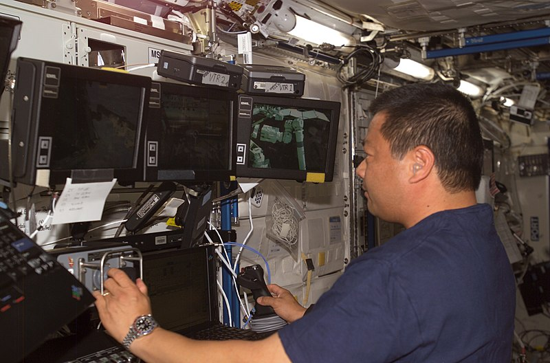 Archivo:Leroy Chiao working on Space Station Remote Manipulator System.jpg