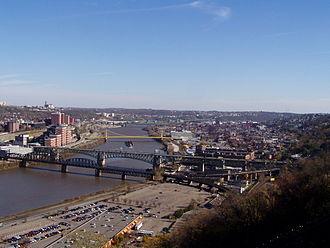 Liberty Bridge (Pittsburgh) - The arching Liberty bridge (second from foreground) crosses the Monongahela.