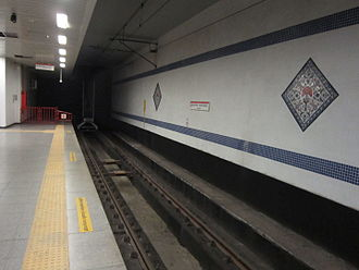 Atatürk Havalimanı (Istanbul Metro) - The terminus of M1 metro line has tiled panels, and buffer stops at end of the platform