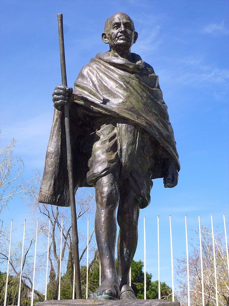 Madrid - Plaza Joan Mir%C3%B3, Monumento a Mohandas K. Gandhi 2.jpg