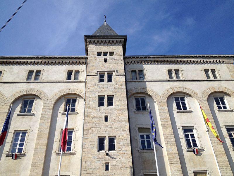 Mairie de Meximieux, occupant les bâtiments de l'ancien petit séminaire.