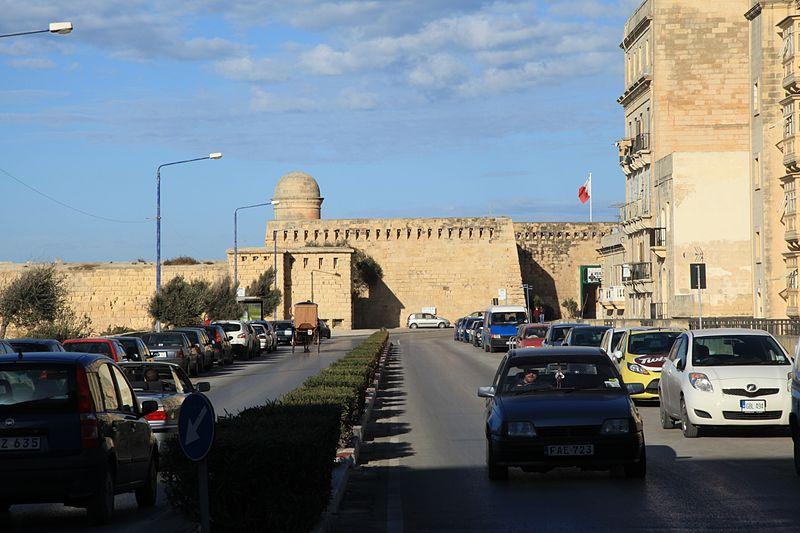 File:Malta - Valletta - Misrah Sant' Iermu + Fort St. Elmo 01 ies.jpg