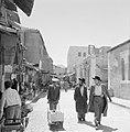 Man met kar al lopend door de straten van Mea Shearim, Bestanddeelnr 255-2473.jpg