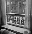 Marcherend muziekkorps gezien vanuit raam, Bestanddeelnr 255-8442.jpg