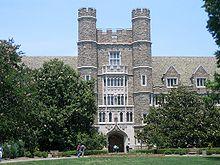 De estilo gótico de cuatro pisos exterior de un edificio que parece un castillo con torreones