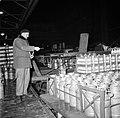 Melkfabriek een man telt hoeveelheid melkbussen die op de vrachtwagen zijn gela, Bestanddeelnr 252-9462.jpg