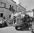 Met dennenbomen versierde wagen in de optocht bij de oogstfeesten, Bestanddeelnr 254-1893.jpg