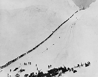 Goldsucher-Treck auf den Golden Stairs am Chilkoot-Pass im Winter 1897–98