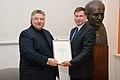 Ministru prezidens pasniedz pateicības rakstu profesoram Aivaram Lejniekam (7894031540).jpg