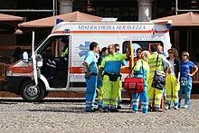 Ambulanza e soccorritori di una Misericordia