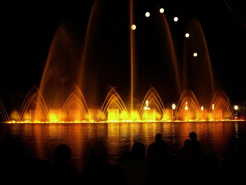 https://upload.wikimedia.org/wikipedia/commons/thumb/4/40/Multimedia_Fountain_Kangwon_Land_Resort.jpg/800px-Multimedia_Fountain_Kangwon_Land_Resort.jpg