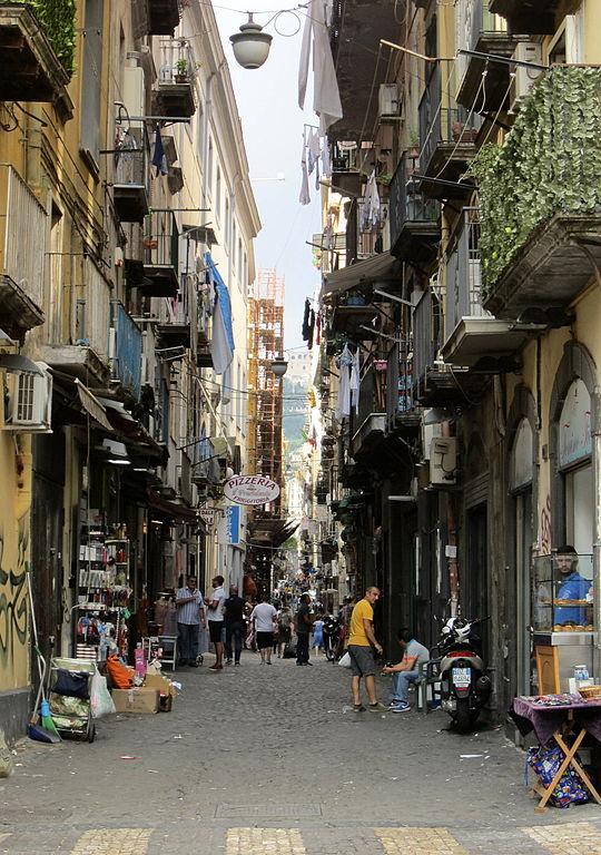 Rue Via San Biagio dei librai (Scappanapoli) dans le Vieux Naples. Photo de Luca Aless.