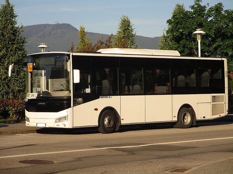 The Otokar Vectio U LE n°25240 of Transdev Rhône-Alpes Interurbain, on the school line 653 of the Stac (Saint Louis du Mont, Chambéry↔Collège de Maistre, Saint-Alban-Leysse), in Saint-Alban-Leysse on May 16, 2017.