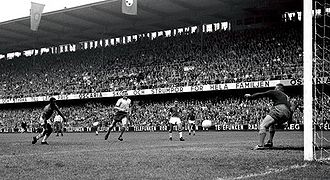 Pelé goal 1958 WC final (cropped).jpg