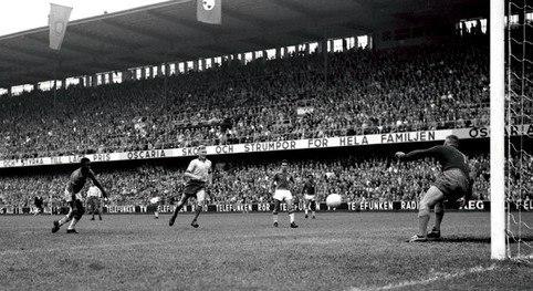 Pelé goal 1958 WC final (cropped)