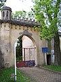 Petrovice, zámek, brána.jpg