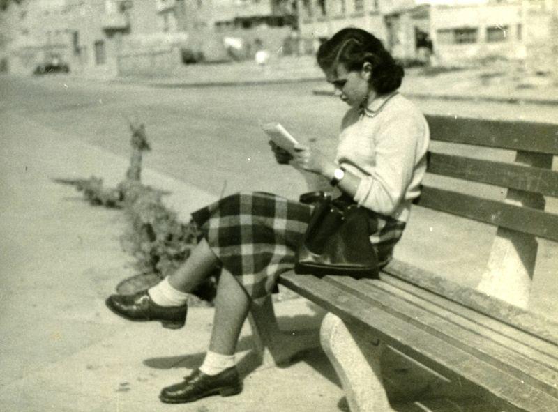 נערה על ספסל