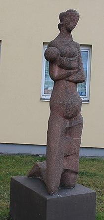 Plastik Mutter mit Kind, Klagenfurt1.JPG